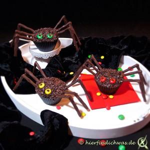 Muffins mit Schokoladenteig als Spinne