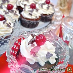 Schokocupcakes mit Kirsche und Sahne
