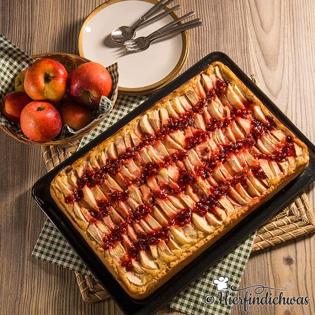 Blechkuchen mit Apfel und Preiselbeeren