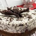Stracciatella-Torte mit Kirschen