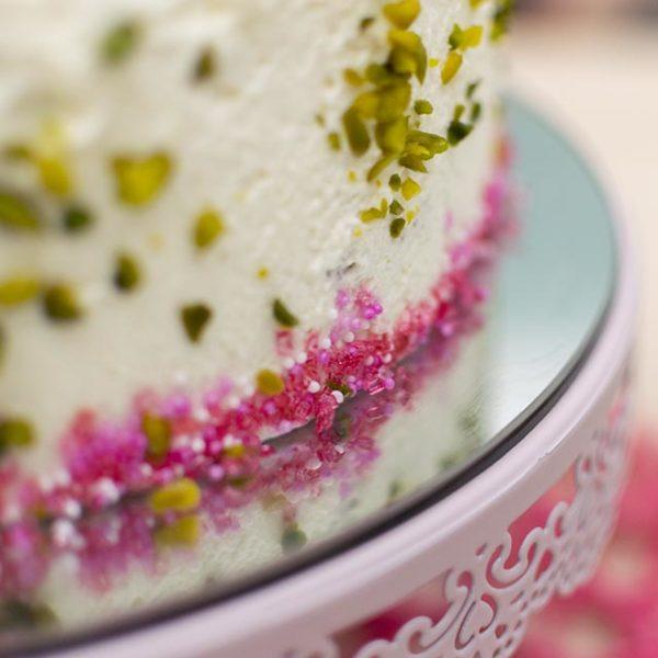 Zuckerdeko an Torte anbringen