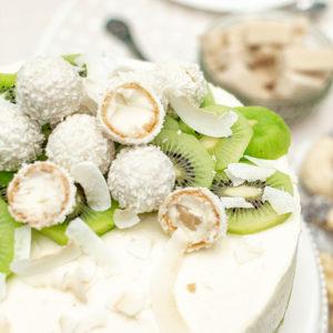 Kokostorte mit Kiwi und Buttermilchcreme